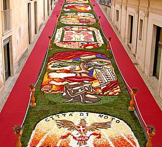 """""""Infiorata"""": Triumph of flowers in Noto Hotel"""